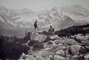 Czarno biała fotografia górali wśród skał tatrzańskich