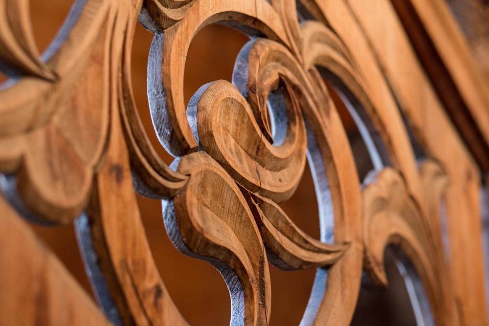fragment drewnianej rzeźby z willi Koliba
