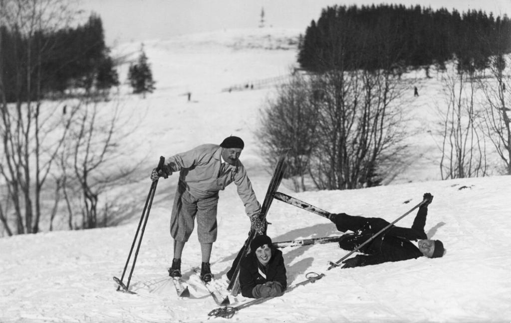 Zdjęcie przedstawia Kornela Makuszyńskiego na nartach w towarzystwie dwóch osób.