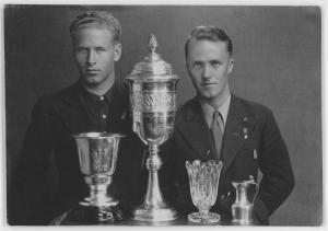 Bronisław Czech i Stanisław Marusarz z trofeami