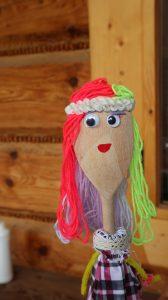 Zdjęcie laleczki zrobionej z drewnianej łyżki