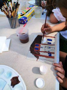 dzieci malują obrazki, zdjęcie