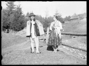 czarno-białe zdjęcie, góral i góralka ubrani po góralsku