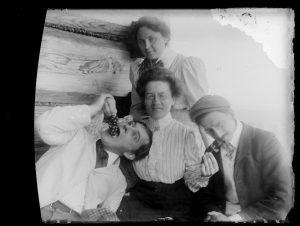 """Zdjęcie przedstawia Witkacego spożywającego winogrona w otoczeniu przyjaciół na werandzie """"Willi na Antałówce"""""""