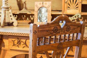 rzeźbione krzesło, fragment biurka z fotografią Witkiewicza